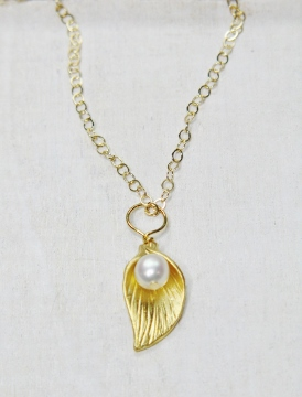 Gold Lily Pearl Necklace - White