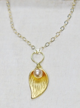 Gold Lily pearl Necklace - Pink/Peach